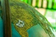 """Um globo terrestre mostra os """"parentes"""" do saci pelo mundo. Criaturas que também possuem uma perna só no folclore universal. Este aqui é o mais famoso, o Sciápodo, da Etiópia."""
