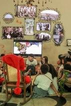 Na sala de estar, uma cadeira é reservada ao saci para que possa ouvir histórias também. Nas paredes, fotos históricas mostram o duende interagindo com suas personas. Uma TV exibe as animações da série Juro que Vi e o filme Somos Todos Sacys.